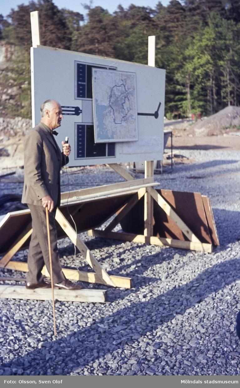 VA-chefen i Göteborg, Erik Rindegård, berättar för Hembygdsföreningen om det blivande vattenverket i Lackarebäck, Mölndal, år 1965.