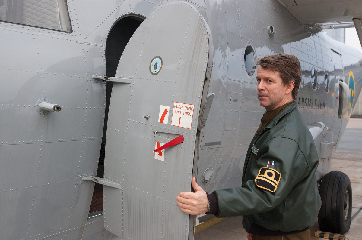 Mats Lindemalm, Erling Klintefors och Manne Dunge från Marinmuseum besöker helikopterdivisionen i Ronneby med anledning av att SH-89 läggs ner. Flygförare Hubert Norén.