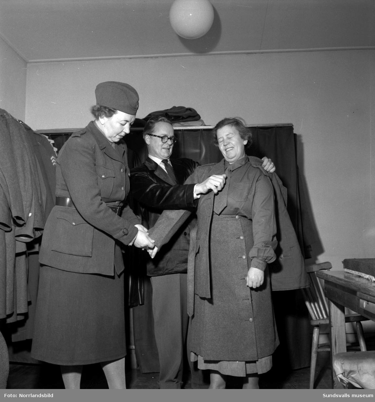Kvinnliga inkallade utrustas med uniform.