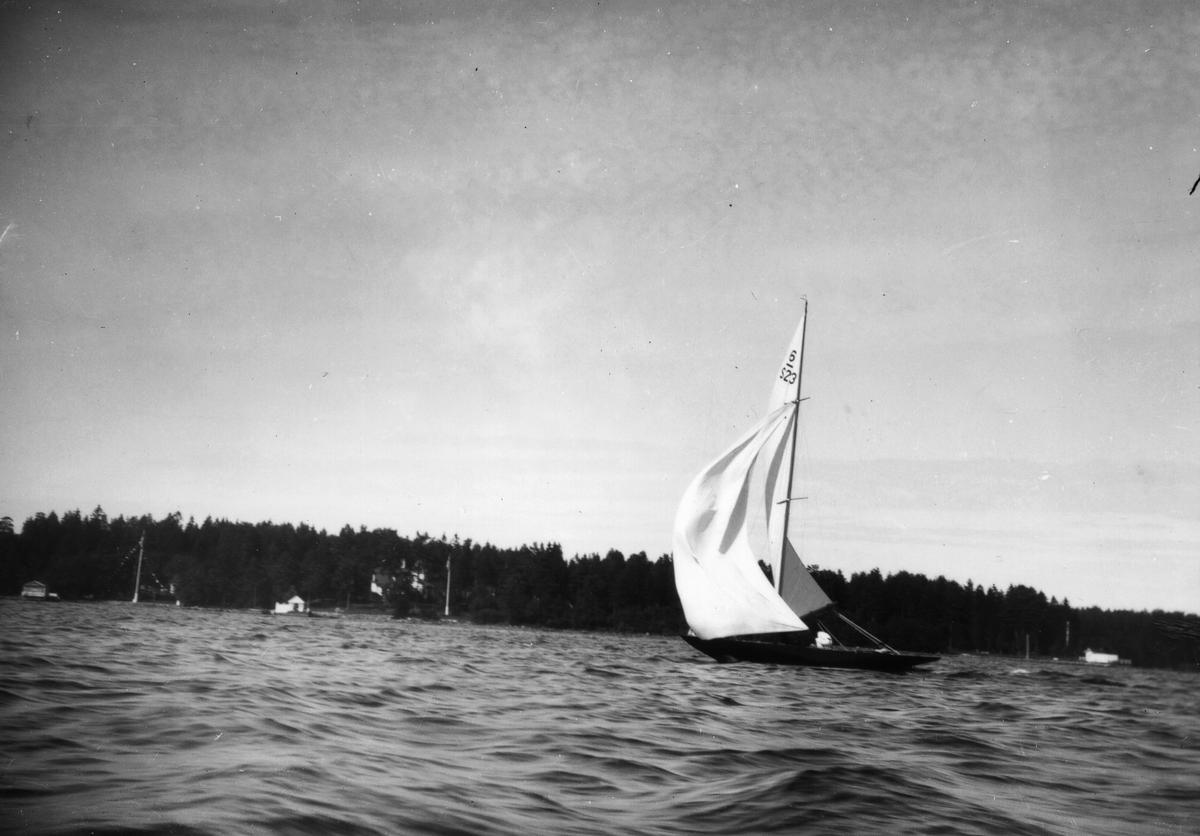 """6 m R-yacht 6/S 23 (""""Seamaid"""", A. C:son Frisk, Stockholm) under Gefle Segelsällskaps jubileumsregatta 1931. (Gästande båt från Stockholm.)"""