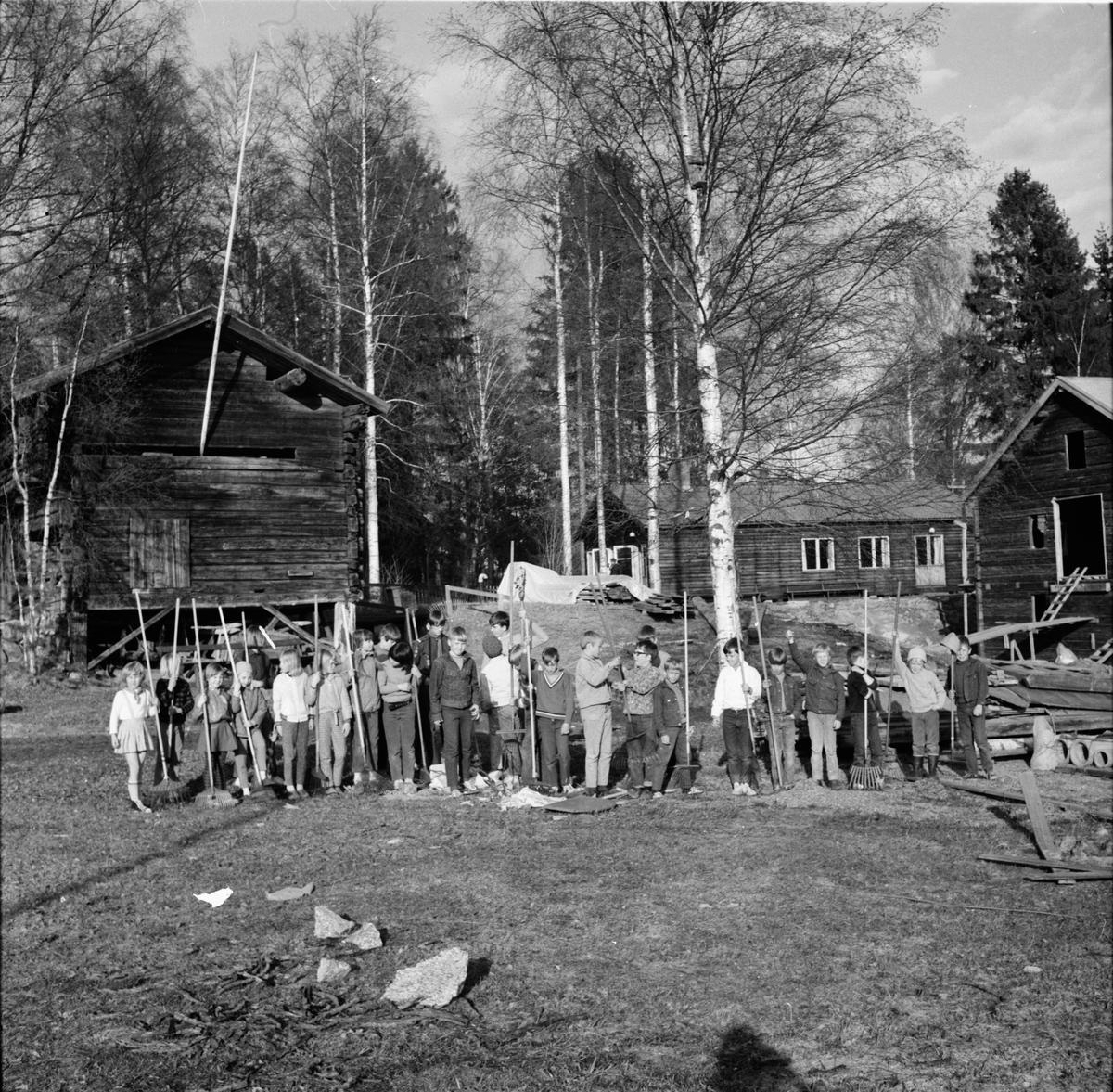 Arbrå, Scouterna räfsar vid Fornhemmet, Mars 1969