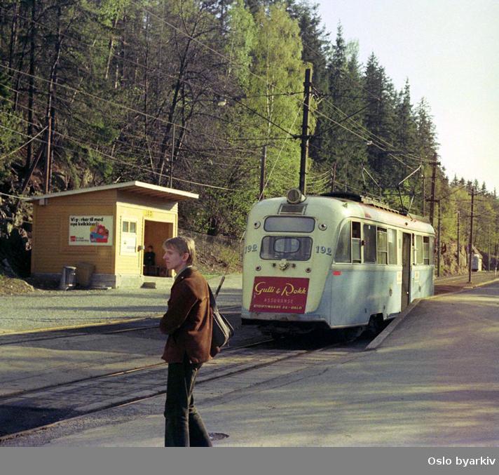 Oslo Sporveier. Trikk motorvogn 192 type Gullfisk B1 på linje 9, Ljabru-Jar, på vei mot sløyfa. Erik W. Johansson på vei over sporene.