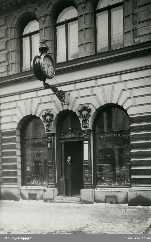 L. Björnströms Optiska Handel senare kallad Björnströms Ur & Optik på Storgatan 17. Anrik affär som startades 1875 av Ludvig Björnström. Sonen och efterträdaren Ernst Björnström står i dörröppningen.