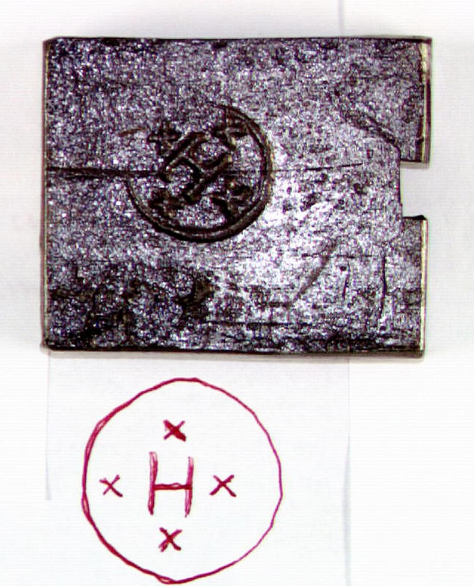 Bit av stångjärn från Hammarby Kronohammare i Ovansjö socken. Försedd med stämpel, ett H i rundel med kryss runt om.