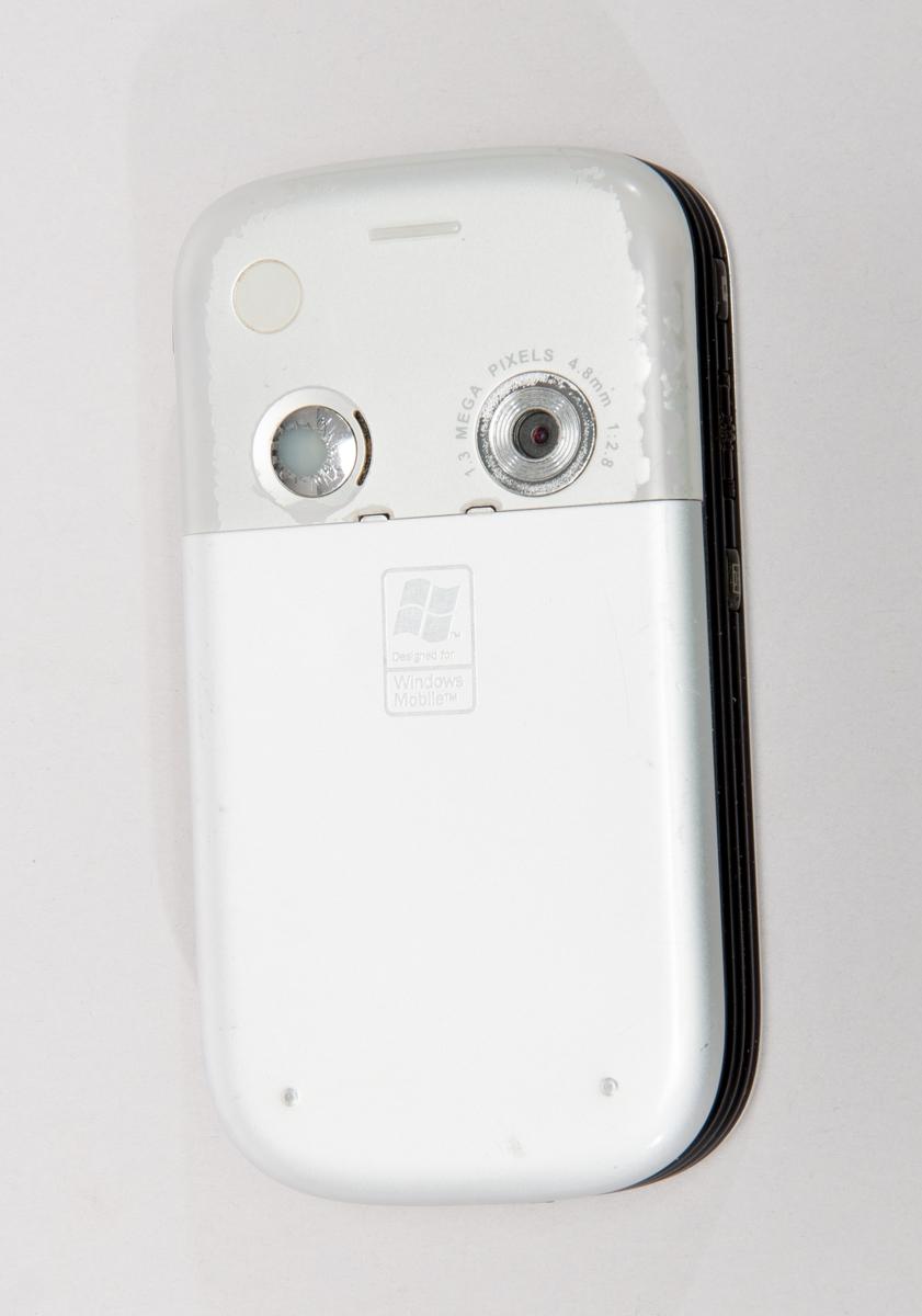 "Telefonen kör operativsystemet Windows Mobile 2003. Processor: Enkärnig Intel(R) XScale ""Bulverde"" PXA272 416 MHz CPU. Minne: Flash ROM: 64 MB, RAM: 64 MB SDRAM. Display: QVGA Screen. Kamera: VGA Camera (1.3MP). Batteri: 1200mAh, utbytbar Li - Polymer. Nätverk: GSM/GPRS (Tri Band), IrDA, och Bluetooth.  Telefonen PM10A S/N HT517DK20762. Med batteri Li-ion polymer typ PM16A på 3,7V 1200mAh, P/N 35H00051-00.  150 gram, 150x58x18 mm"