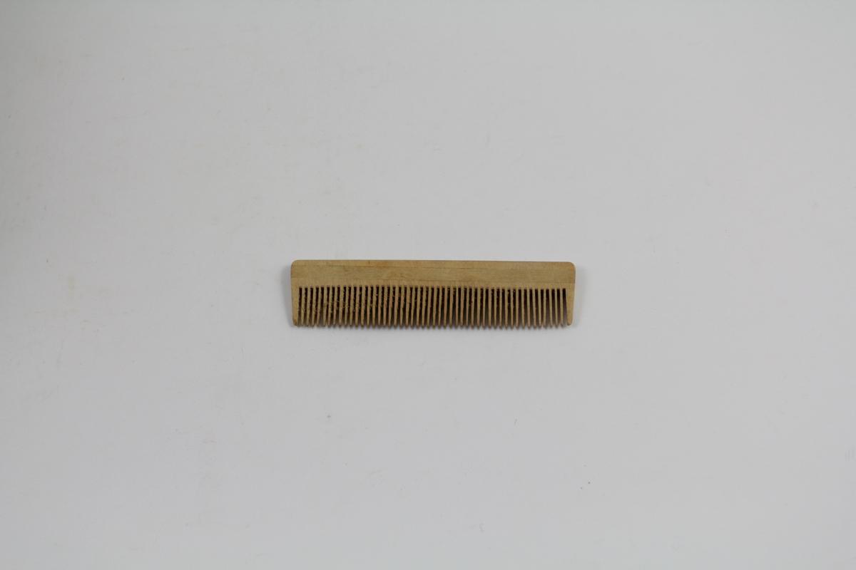 Form: Laget av ett stk. tre. Limt inn tre langs den ene kanten på begge sider, tinder langs den andre.