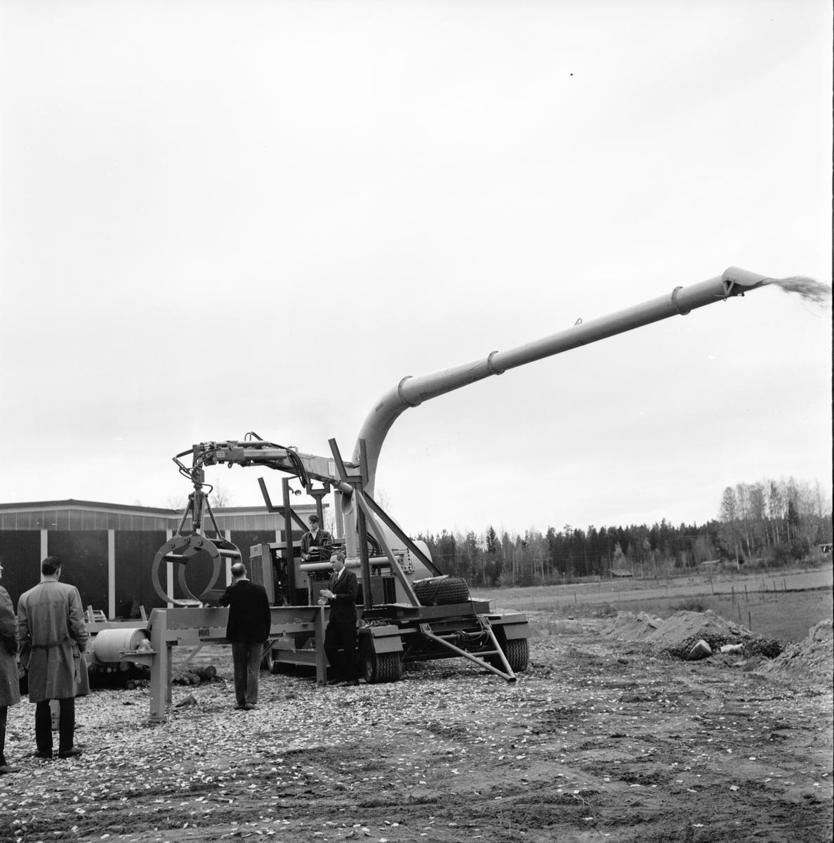 Bruksmekaniska. Visning av ny flistugg. Oktober 1970