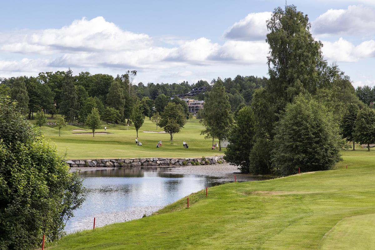 På motsatt side av Ulleruddammen ligger golfbanen.