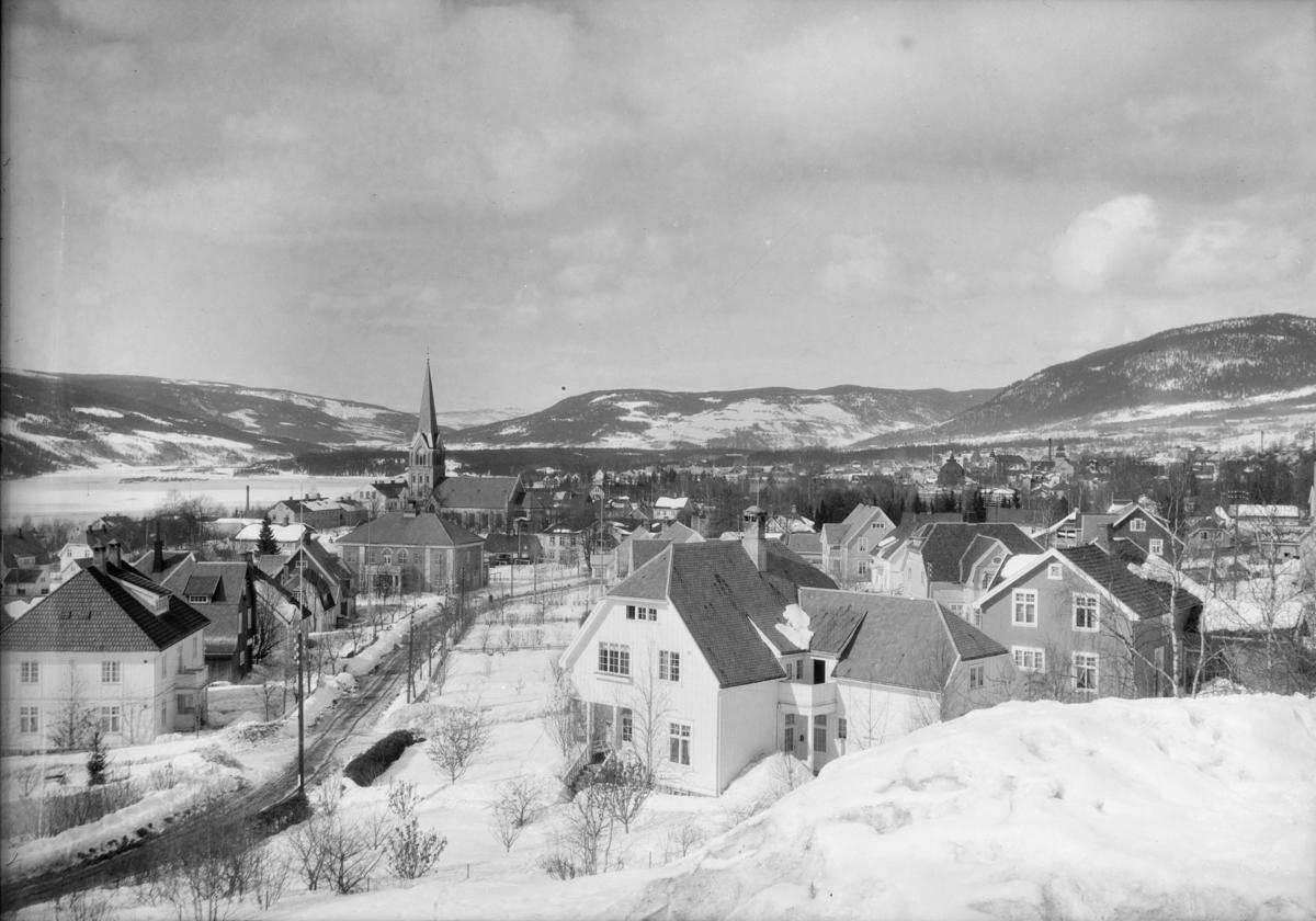 Lillehammer by sett fra Ursiktsbakken. Mot Jørstadhøgda og Gausdal. Balbergkampen til høyre.
