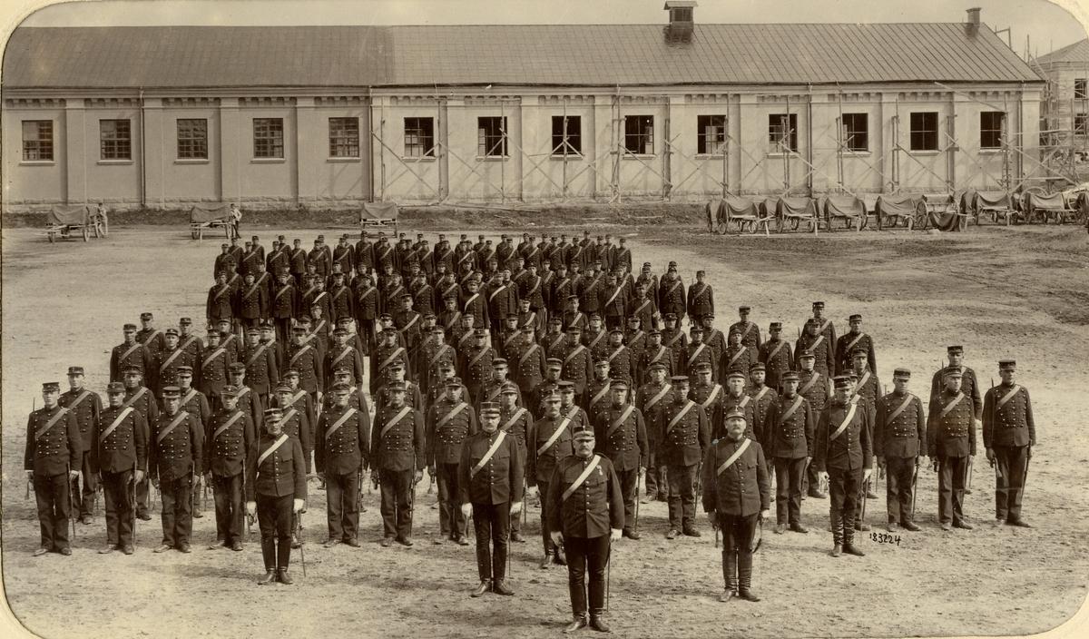 Officerare och soldater från Norrlands artilleriregemente A 4 uppställda på regementsområdet, 1895.