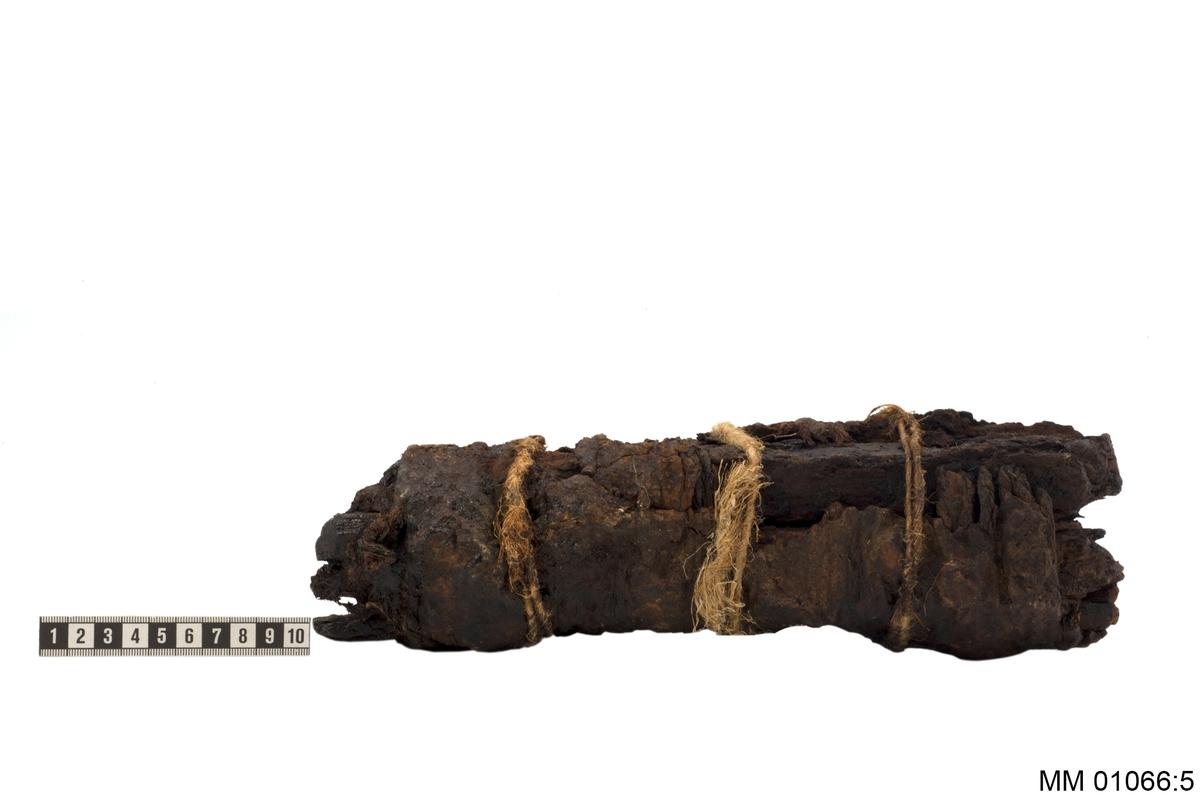 """En samling äldre projektiler upptagna från vraket efter det på örlogsredden sjunkna skeppet """"Nya Riga"""". Skeppet """"Nya Riga"""" sprängdes i luften genom explositioni en krutdurk i november 1717 på kronoredden i Karlskrona"""
