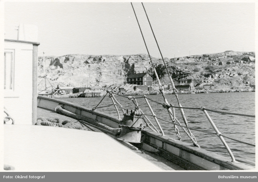 Vy fotograferad från fartyg med stenhuggeri i fonden