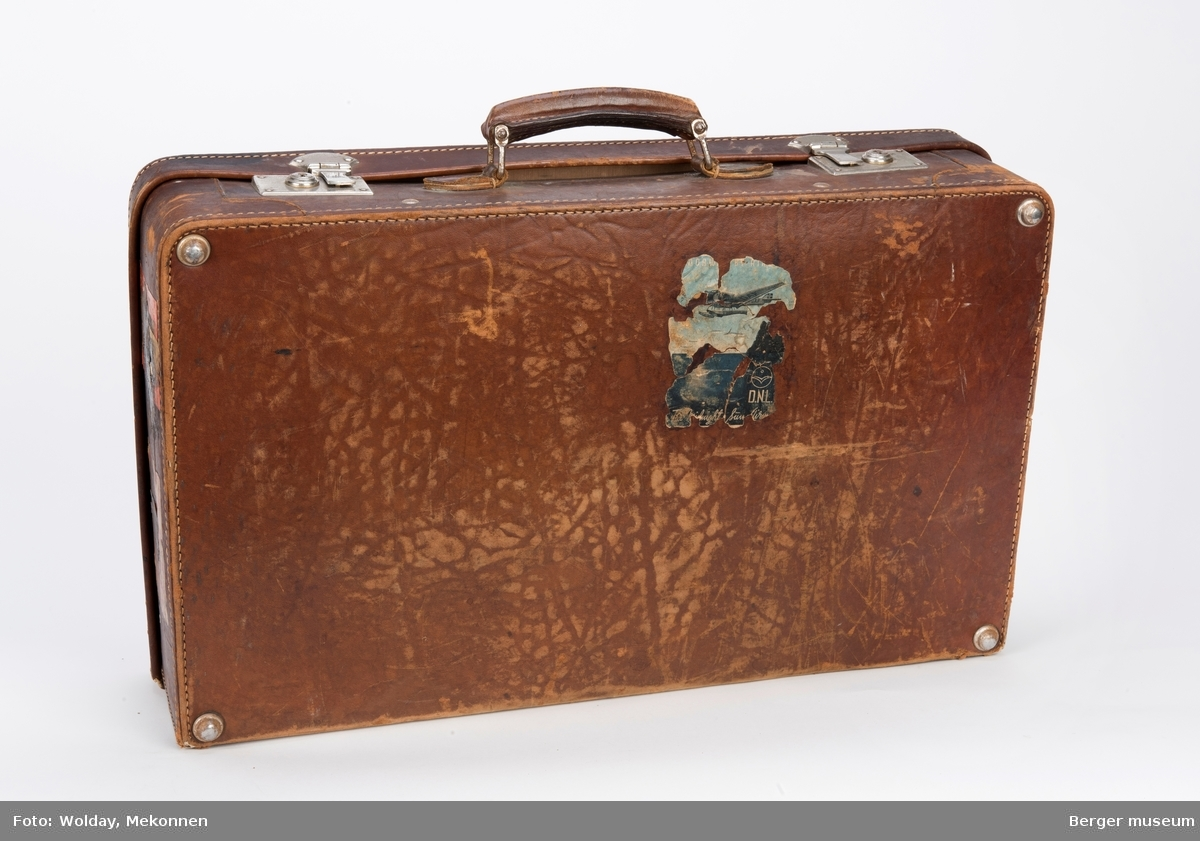 Kofferten har 18 ulike merker fra steder og reiser.