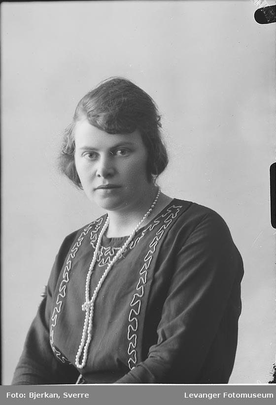 Portrett av Jenny Kjønstad.