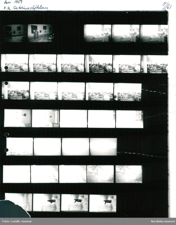 Motiv: dec 1959 s:ta Catarinastiftelsen ; Interiör av ett museum med människor som tittar på tavlor, interiör med en Lucia och en tärna som står vid ett uppdukat bord, interiör med människor som sitter på stolar, överexponerade negativ, en kvinna möjligen Ester Lund står i ett snötäckt landskap.