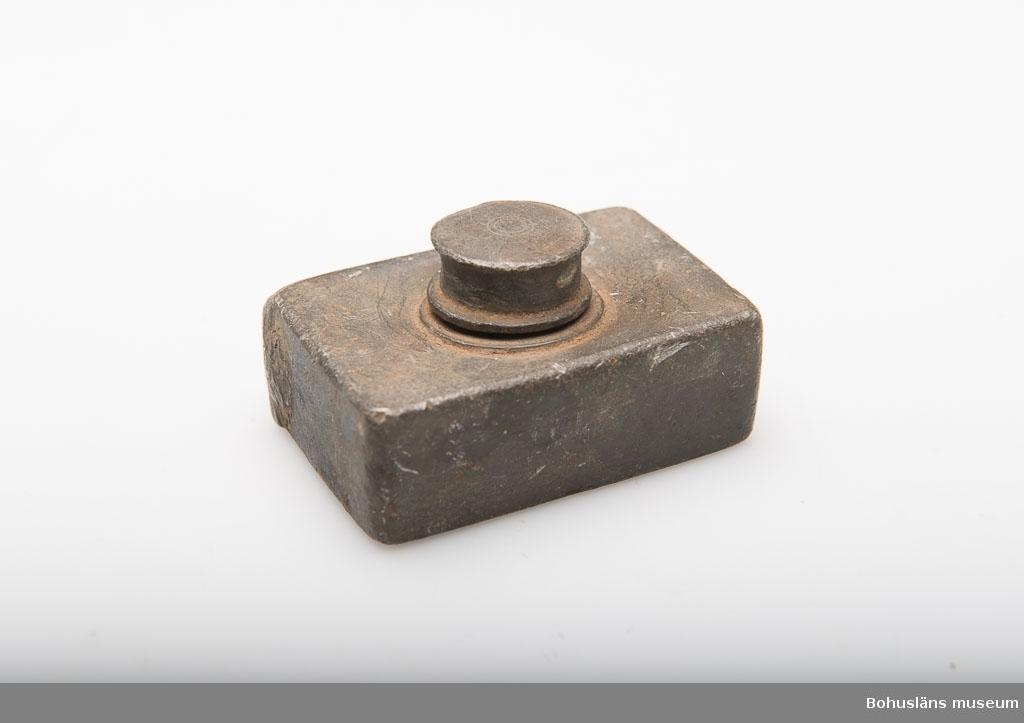 Ur handskrivna katalogen 1957-1958: Resebläckhorn Mått: (m. lock) 5,8 x 3,8 x 3 cm; rund hals m. gängn. f. locket b); i locket en tapp av järn. Hål och buckl.  Lappkatalog: 37