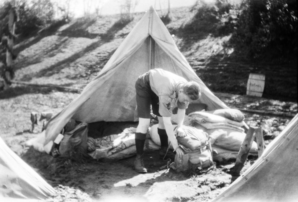 Landsleir i Åndalsnes 1928. Speidergutt og telt.