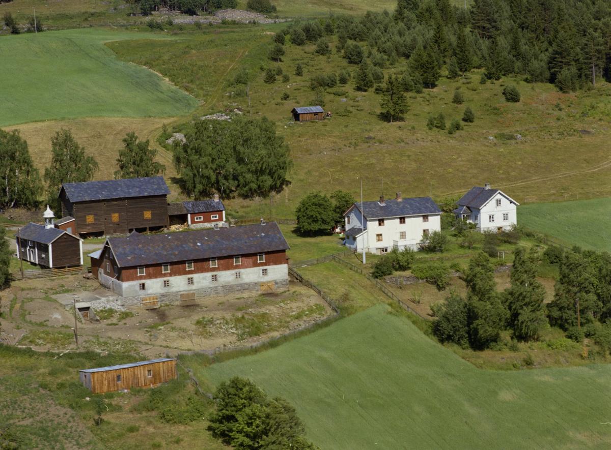 Sør-Fron, Hundorp, Midtbygda. Gardsbruket Bakken med bruksnavn Grov. Satbbur med matklokke, overbygg for ved.