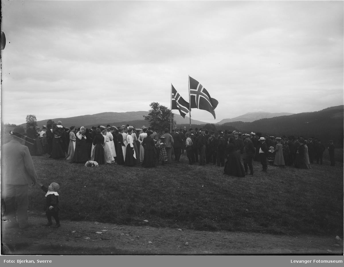 Fra avdukingen av bautaen til Ola Skavhaug ved Garnes.