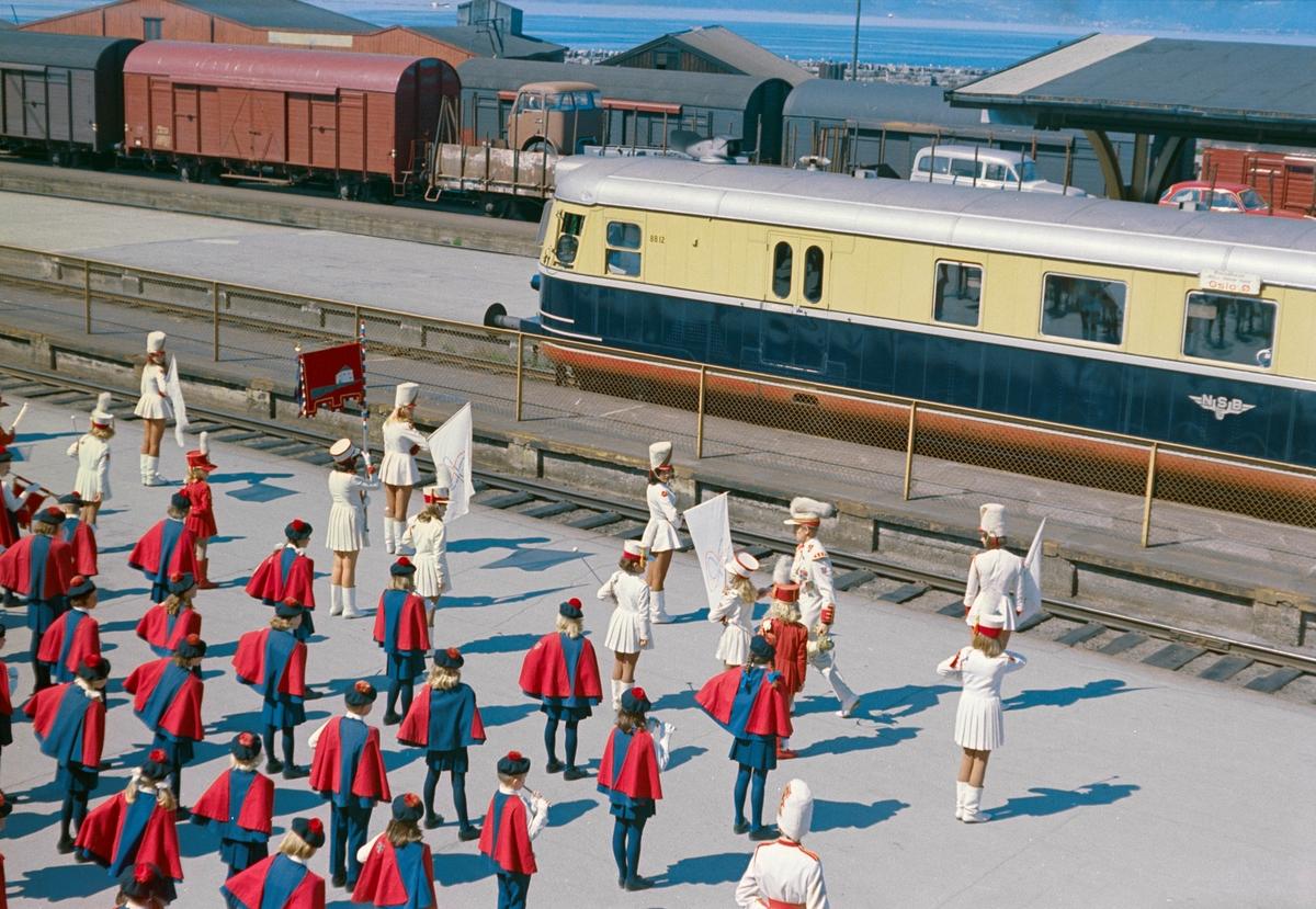 Arrangement på Trondheim stasjon. Bispehaugen musikkorps spiller.