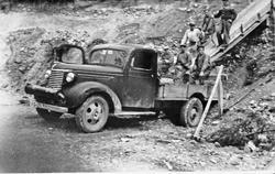 Menn i grustak, lastebil Grustak nedenfor Kleven, Tolga, 19