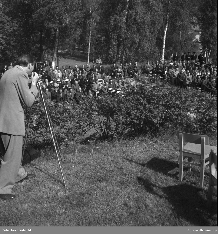 Tunadals sågverks hundraårsjubileum firas vid Tunadals herrgård. Stor publik i parken med tal av bland andra Axel Enström, förtäring, serveringspersonal och jubileumscigarrer.