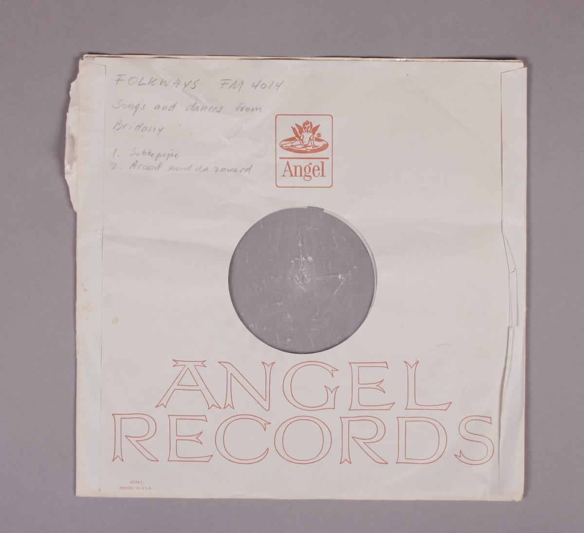 """Grammofonplate i svart vinyl. Plata ligger i en uoriginal papirlomme med plastfôr, stemplet """"Angel Records"""". Ligger også med et korrespondansebrev fra NRK til tidligere eier av platen (se bilde), samt et ustiftet hefte på 12 sider (se bilde)."""