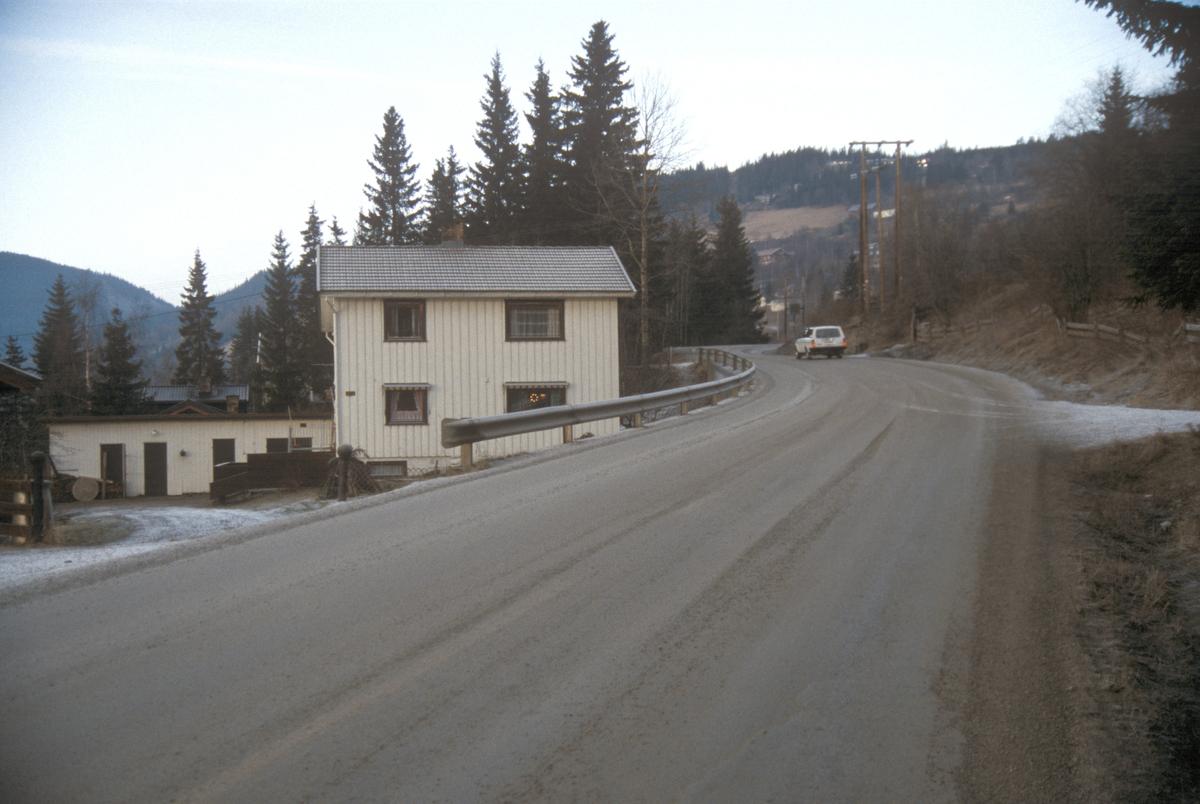 Lillehammer, Nordre Ål, Nordsetervegen, nedenfor Skårsetsaga, hus, mot nord,  Nordsetervegen 222 til venstre som senere rives ved framføring av veg til nytt boligfelt