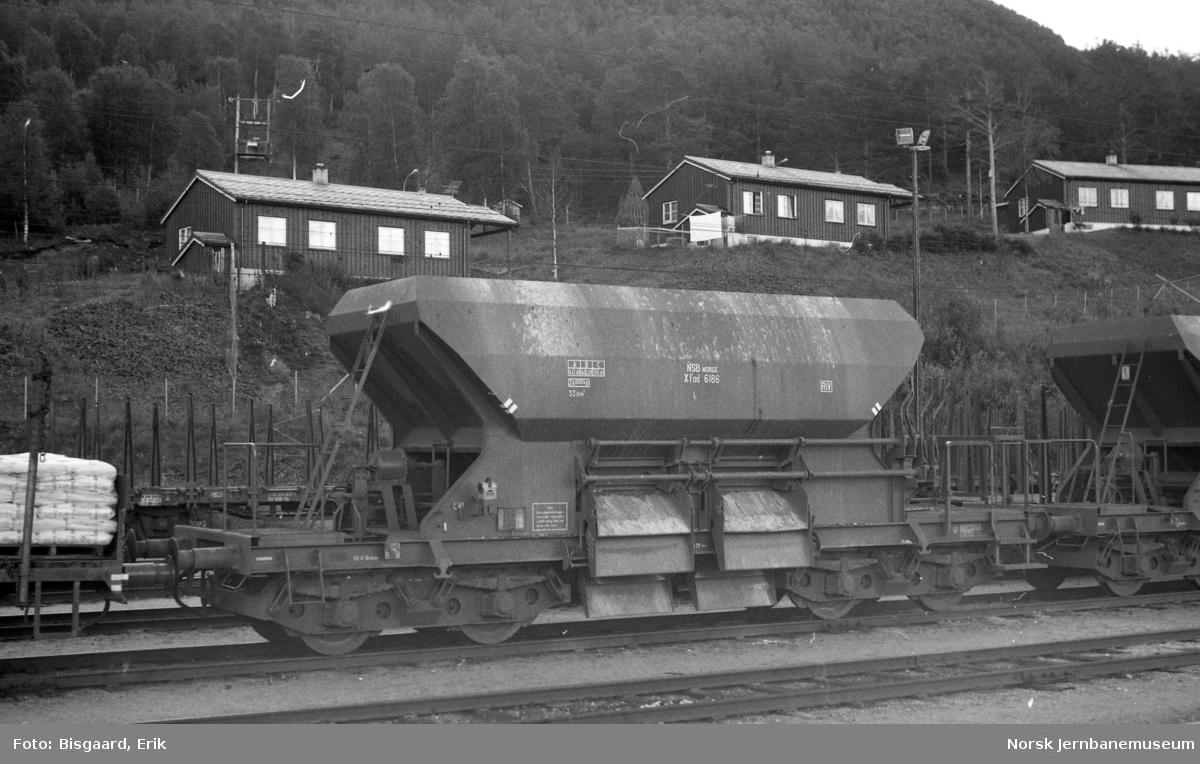 Bunntømmingsvogn litra XFad nr. 6186 på Dombås stasjon