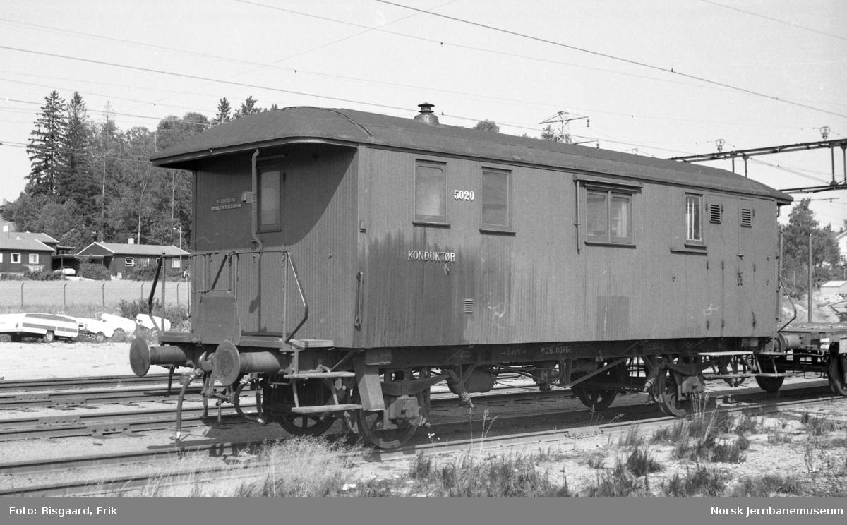 Konduktørvogn litra F nr. 5020 på Ski stasjon