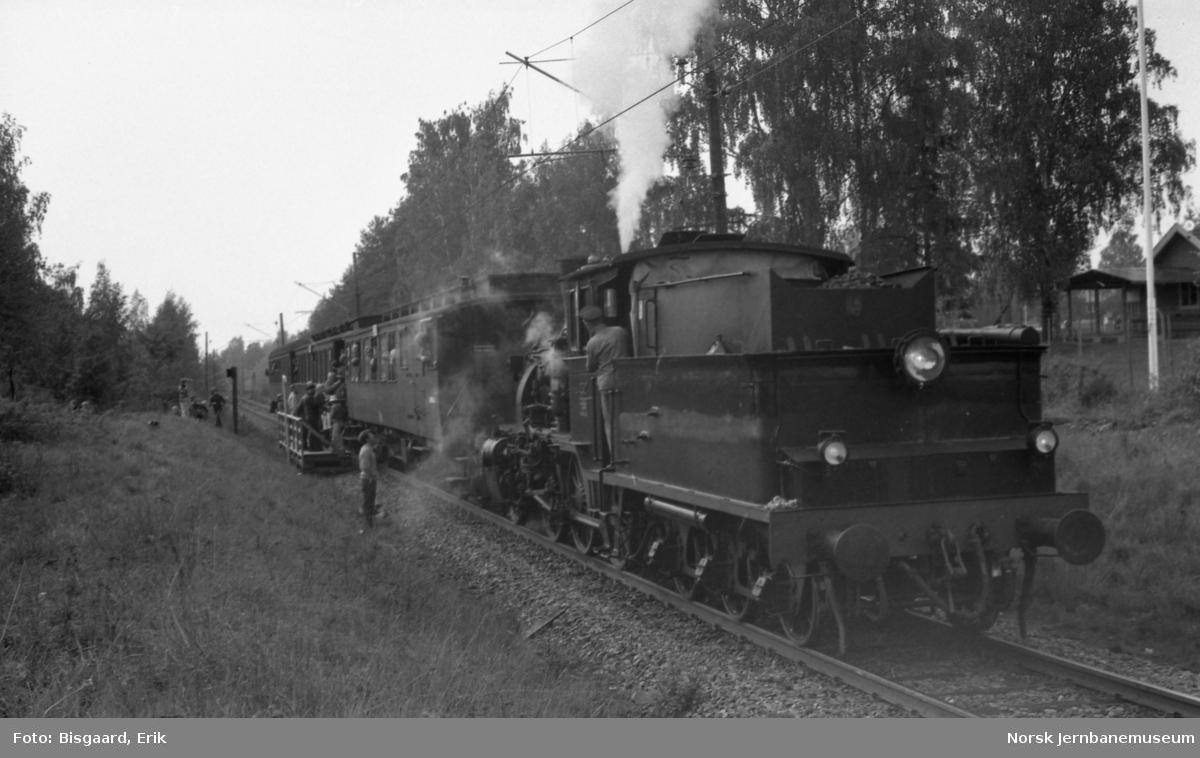 Damplokomotiv type 21b nr. 252 med veterantog under Jernbanedagene i 1977 - provisorisk holdeplass p