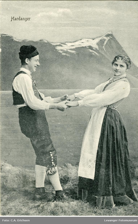 Postkort mann og kvinne i nasjonaldrakter.
