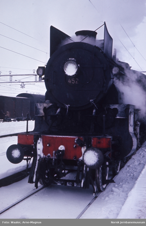 Damplokomotiv type 31b nr. 452 foran tog 308 på Hamar stasjon