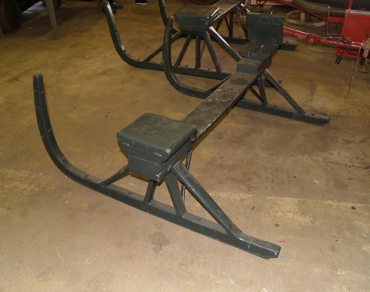 Meie brukt til å sette på brannvogn ved vinterføre. Meien har stativ som akslingen til vognens hjul legges opp i. Akslingens endestykker låses fast og dekkes over av en hengslet treplate.