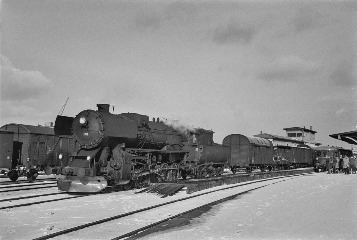 Damplokomotiv type 63a nr. 1101 på Trondheim stasjon. Lokomotivet skal trekke et sydgående godstog.