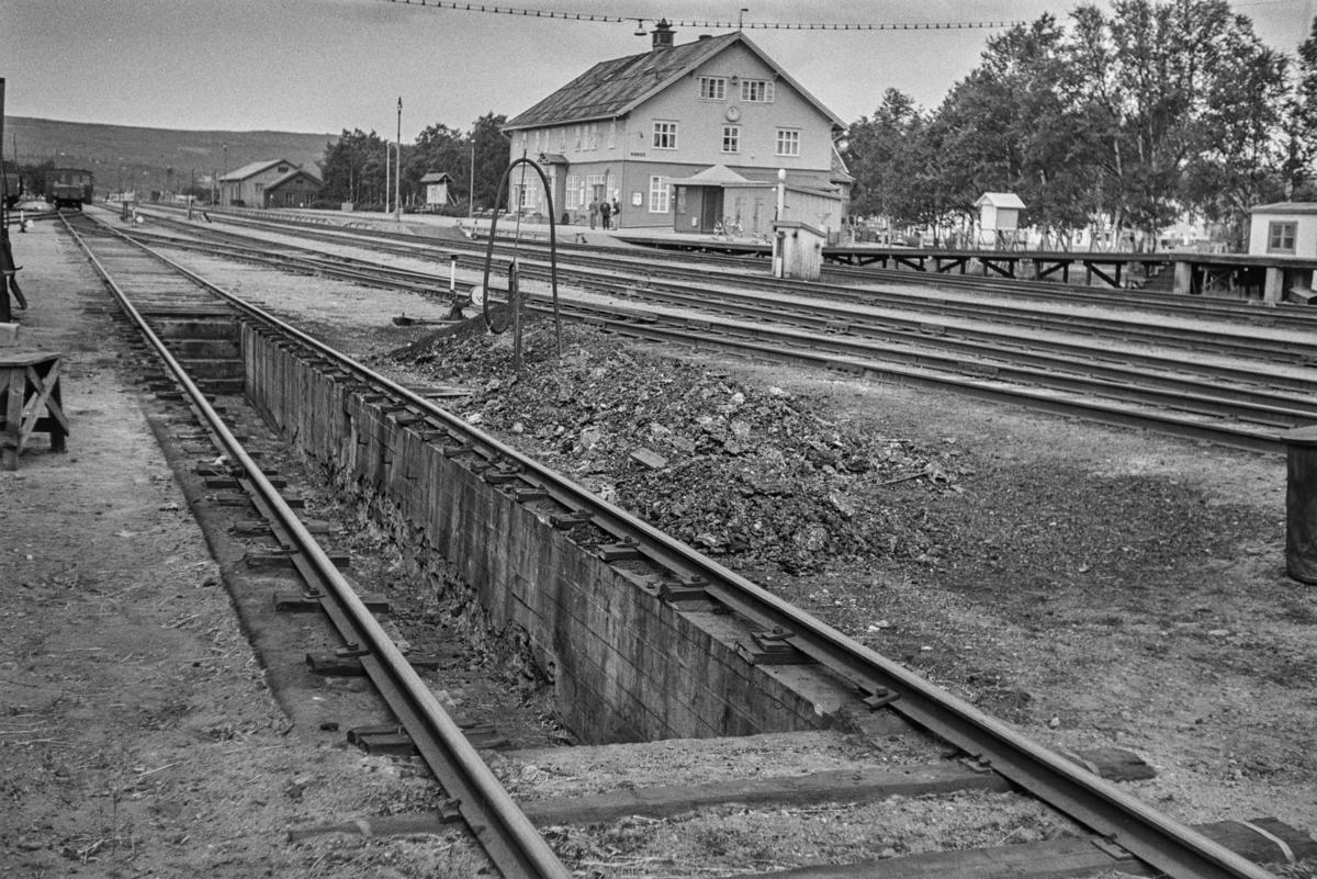 Smøre- og slaggegraven utenfor lokomotivstallen på Røros stasjon.