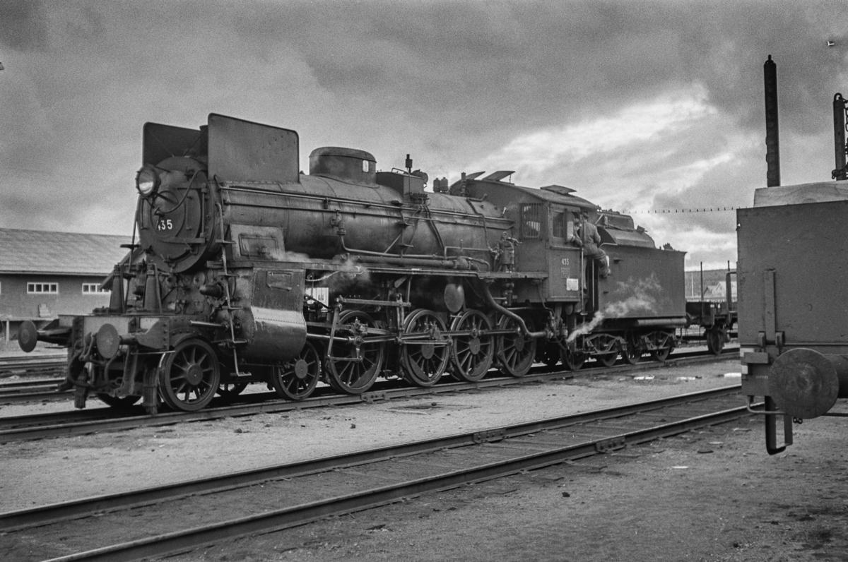 Damplokomotiv type 26c 435 i sydgående godstog på Røros stasjon.