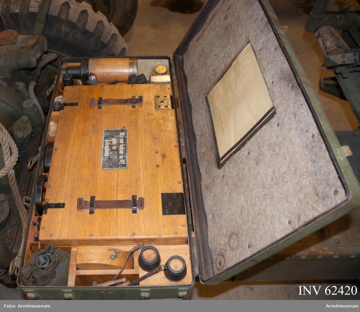 Grupp F I. Lavettlåda till 10,5 cm luftvärnskanon m/1942, nr 36. Samhörande är kanon, reservdelar i låda, verktyg i låda, nattbelysning i låda, lavettlåda med kikare och kvadrant.