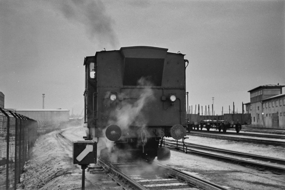 Damplokomotiv type 25e nr. 485 i skiftetjeneste på Trondheim stasjon, koblet sammen med en italiensk kjølevogn.
