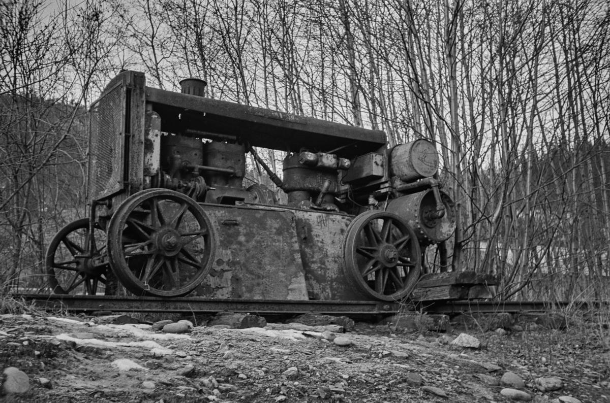 Gammel kompressor med jernbaneunderstell. Motoren var 4 sylindret,