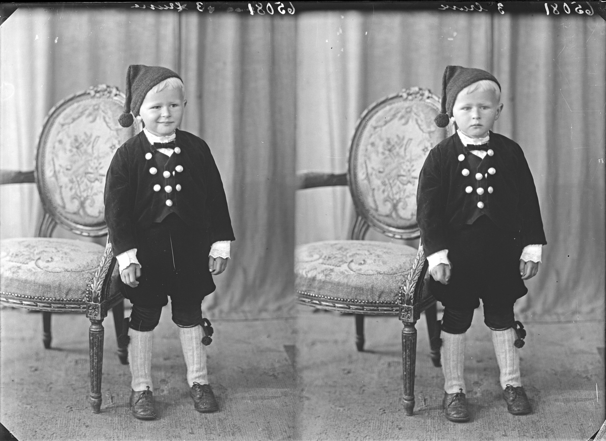 Portrett. Ung gutt i bunad. Bestilt av Martin Gjelsten. Langt. 65