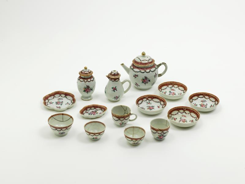 Dukkestell i kinesisk porselen som har tilhørt Margery Vibe (1775-1852). Hennes onkel Andreas Chrystie d.y. var kinafarer og tok med seg gaver hjem til familien når han hadde vært på reise.
