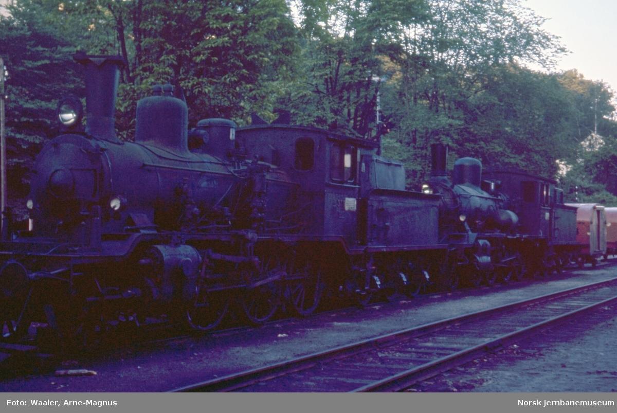 Damplokomotivene type 21c nr. 375 og 18c nr. 226 på Arendal stasjon