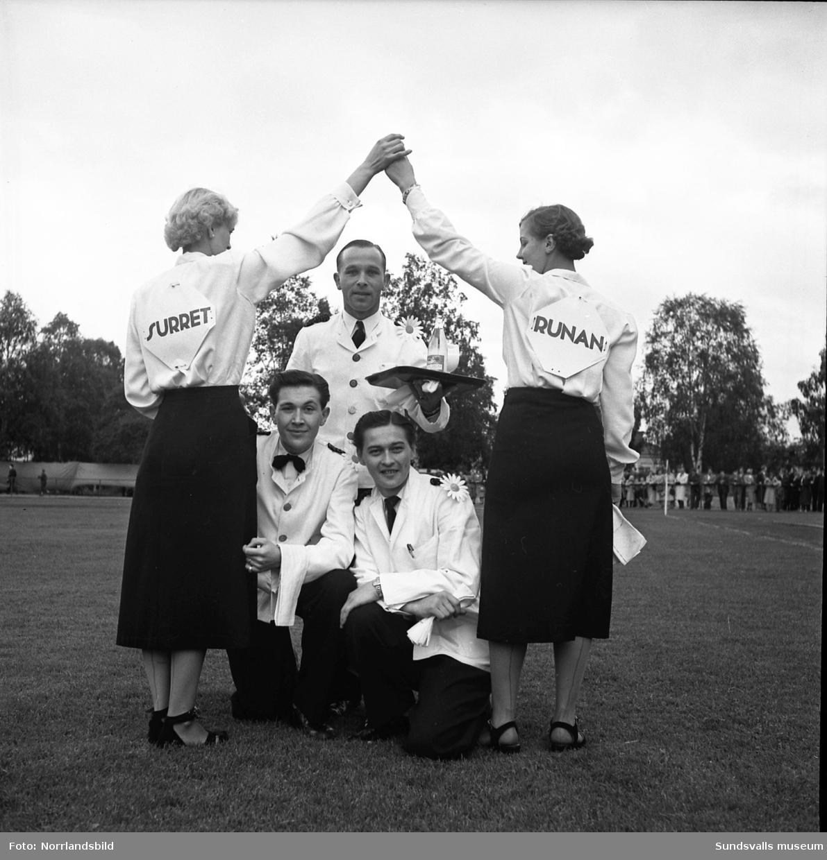 Serveringspersonal från restaurang Runan poserar på läroverkets plan i samband med Barnens Dag.