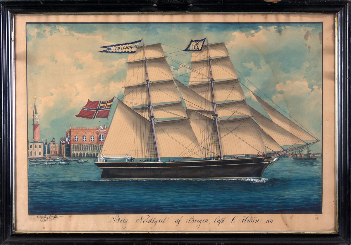 Skipsportrett av brigg NORDLYSET utenfor Marcusplassen i Venezia. 13 mann på dekk.. Skipet fører signalflagg X 51, navnevimpel og norsk flagg med unionsflagg i akter.