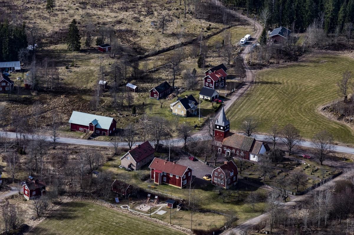 Flygfoto över Haurida kyrka i Aneby kommun.