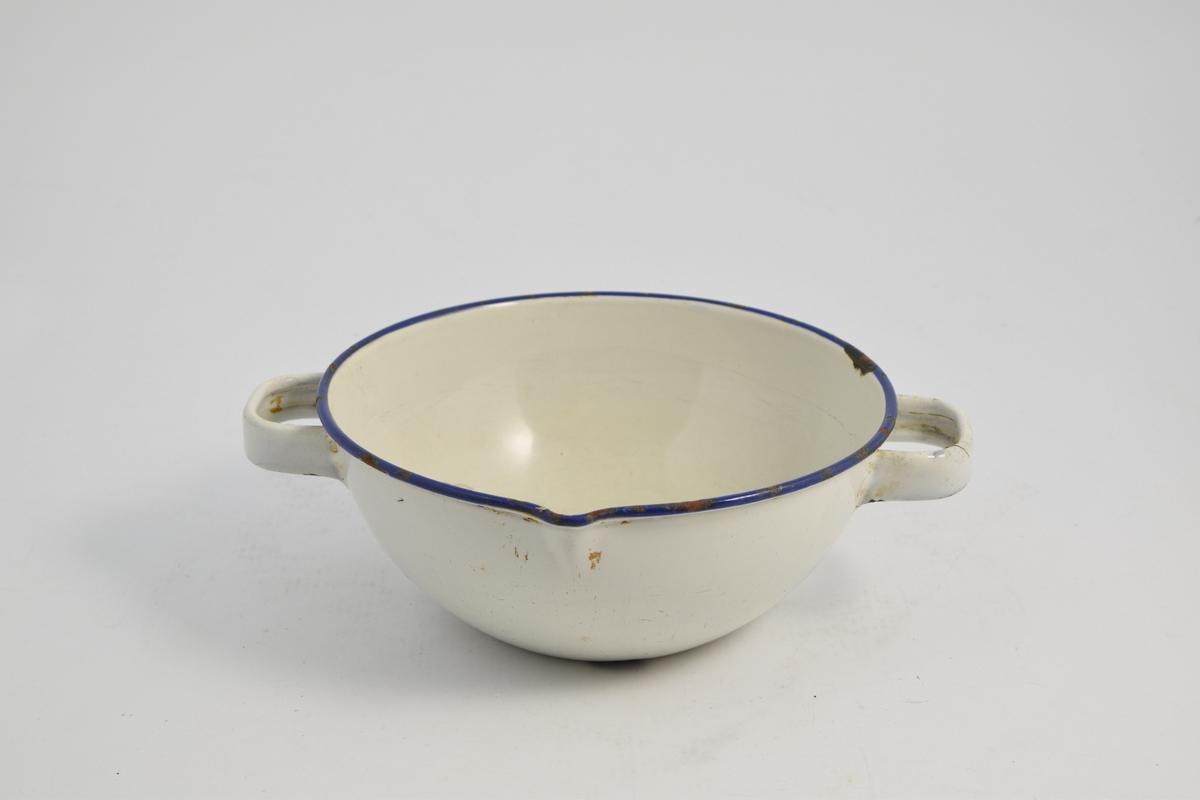 Kar med to håndtak og en helle tut, av metall (jern?) som er emaljert, hvit med blå kant. Karet ble brukt til blanding av legemidler, løsninger og pulver.