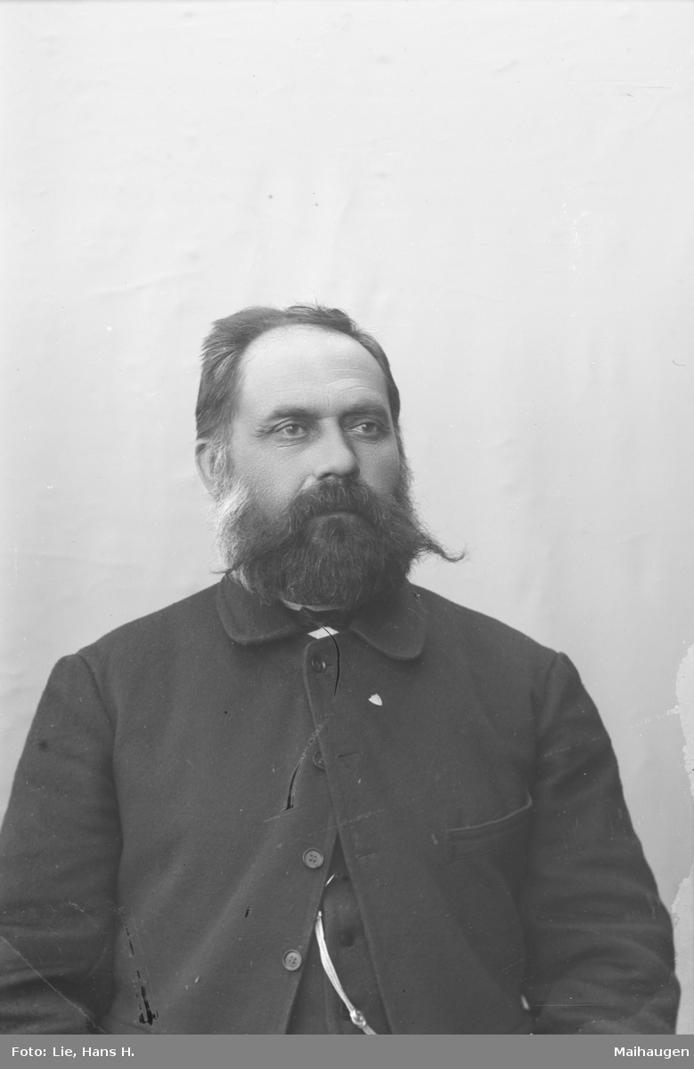 Portrett, brystbilde, kirkesanger Erling Linde