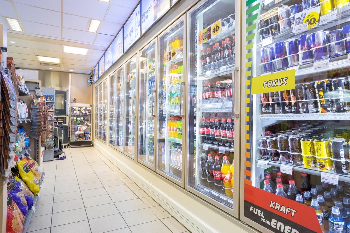Statoil Nadderud. Butikk interiør med kjøleskap med glassdører langs veggen. Leskedrikker.