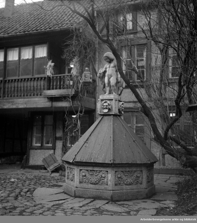 Teatergata 4 - 6. Romatisk gårdsinteriør. Januar 1949
